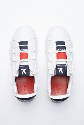 รองเท้าผ้าใบและรองเท้าแตะในคู่เดียวกัน