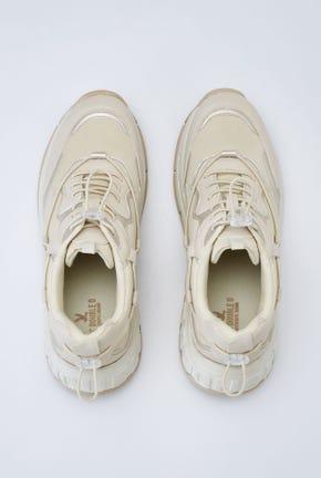 รองเท้าผ้าใบส้นหนาแต่งโลโก้