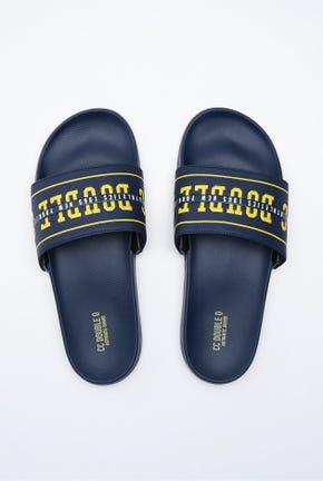 รองเท้าแตะแบบสวมลายโลโก้สไตล์คอลเลจ